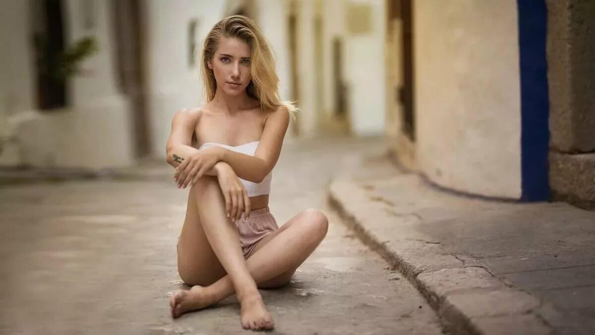 Фото Голых Сидящих Девушек