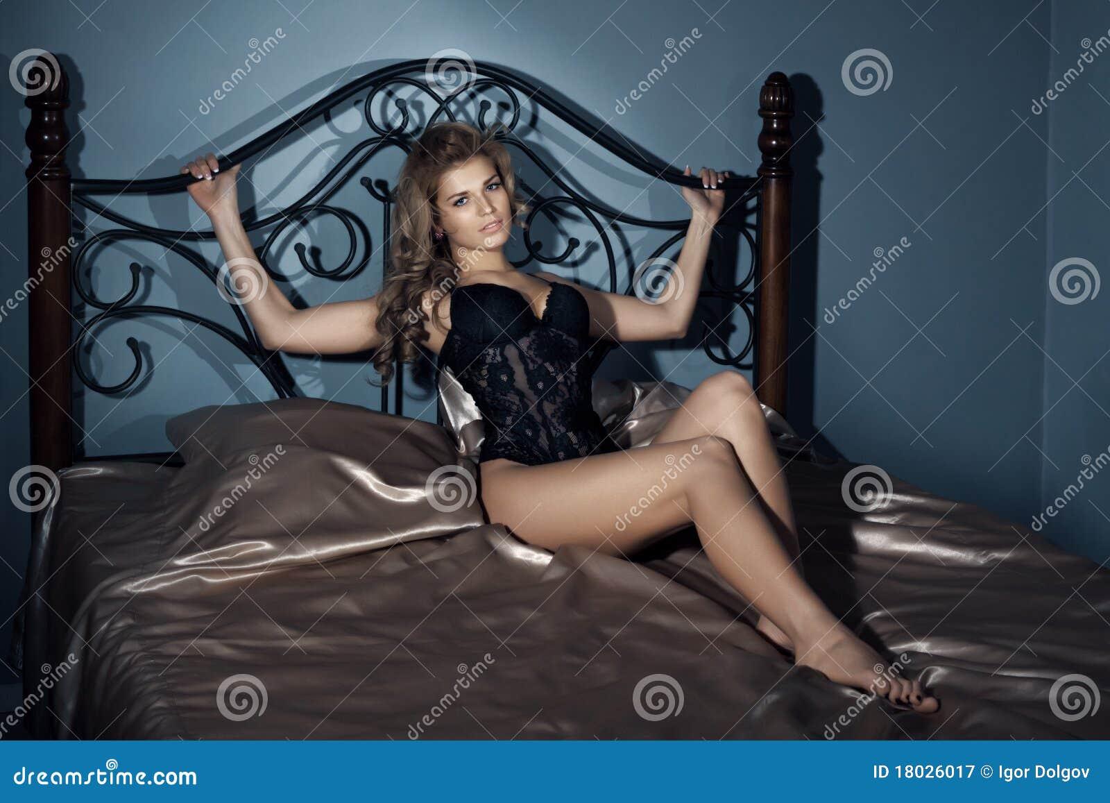Голая Девушка Привязана К Кровати