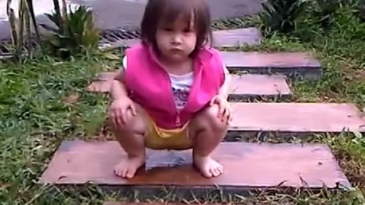 Видео Девочка Голая Писала