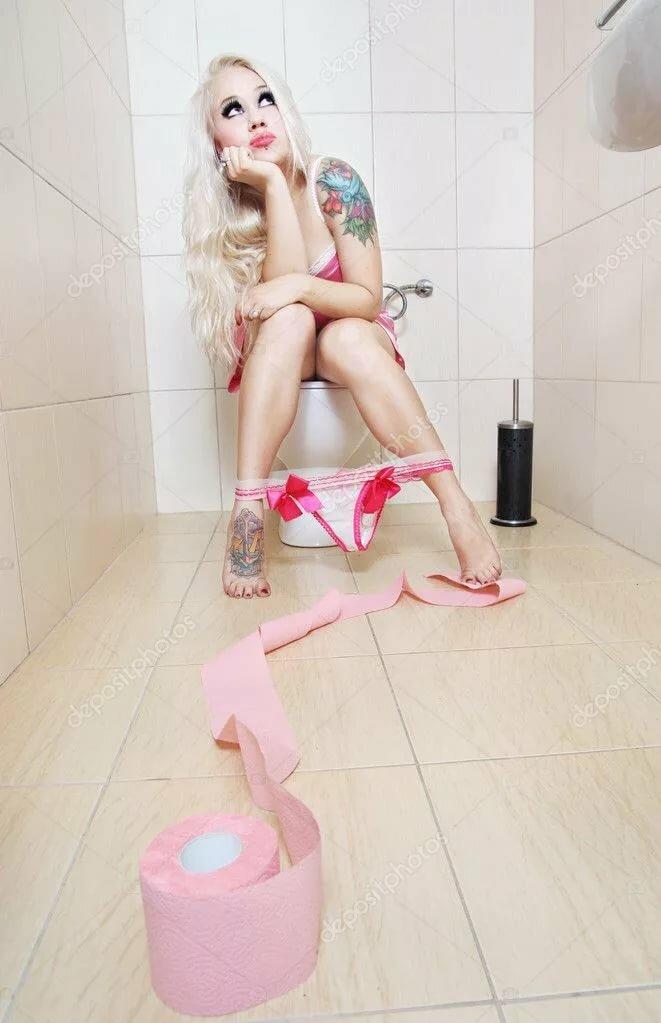Голые Девки В Туалете