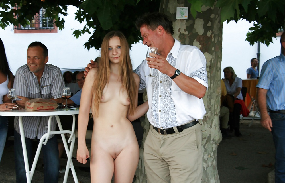 Голые Девушки На Публике Фото
