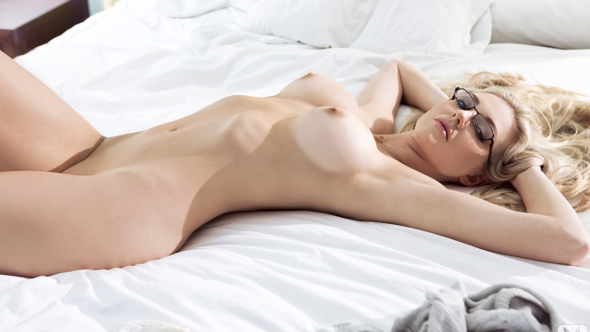 Красивые Голые Девушки Лежа Фото