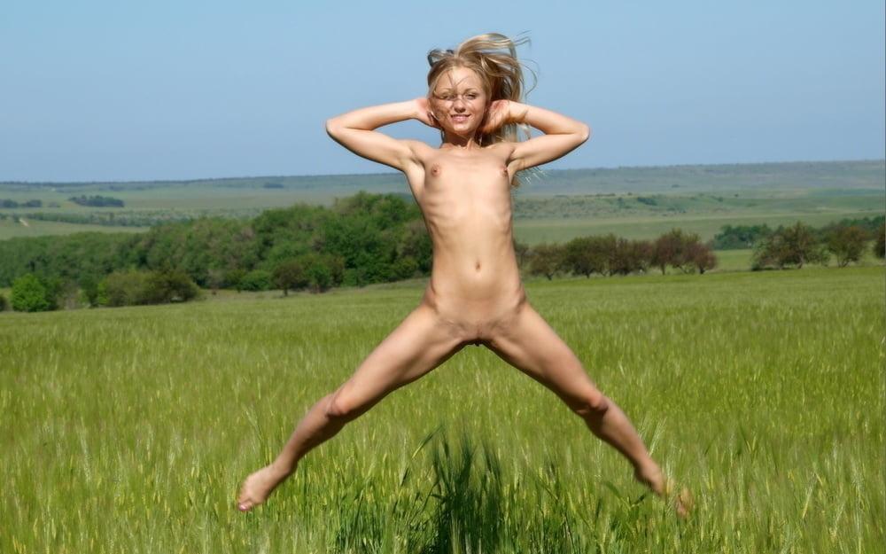 Девушка Прыгает С Голыми Сиськами