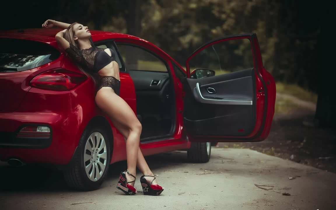 Голая Девка Танцует На Машине