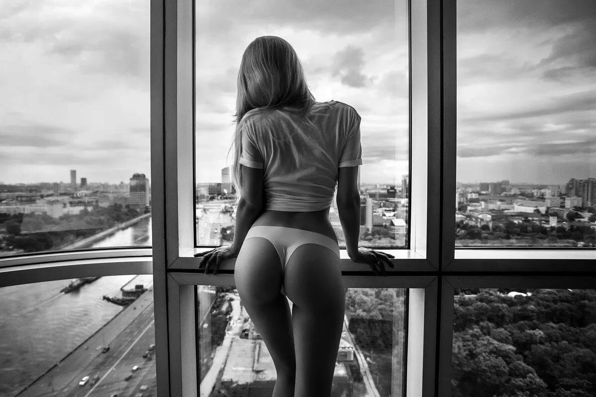 Голая Смотрит В Окно