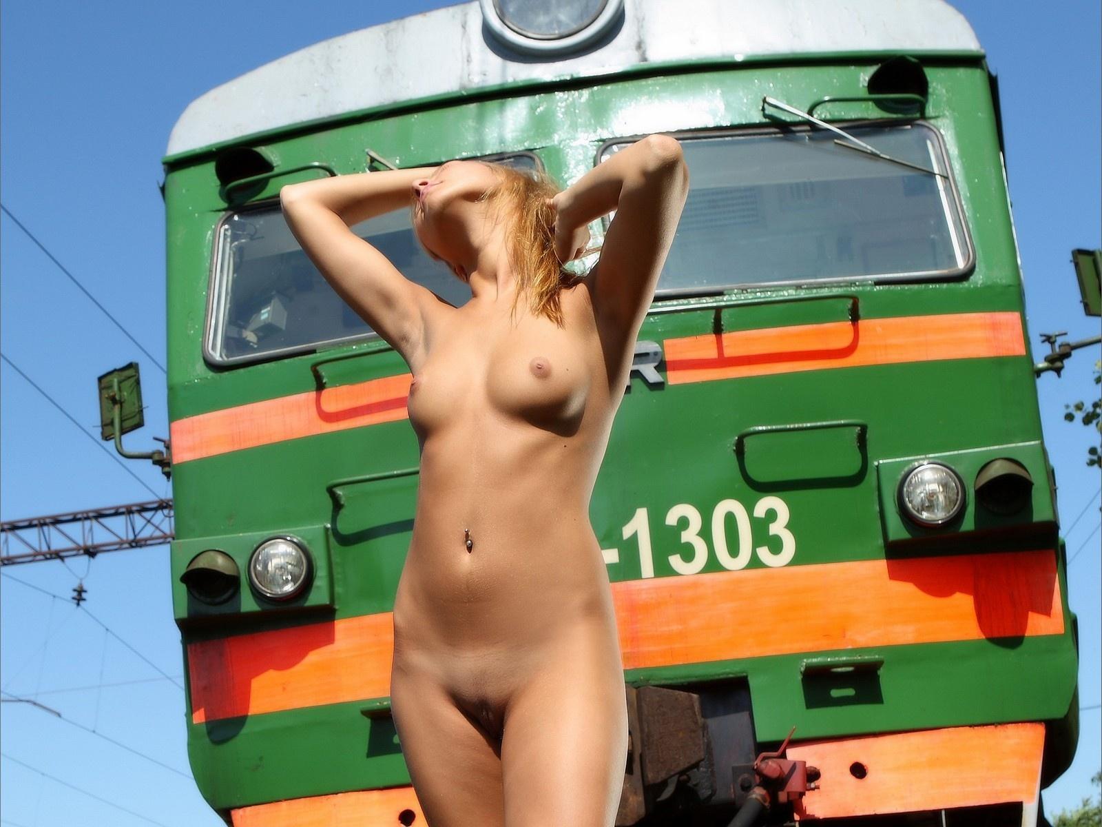 Голые В Поезде